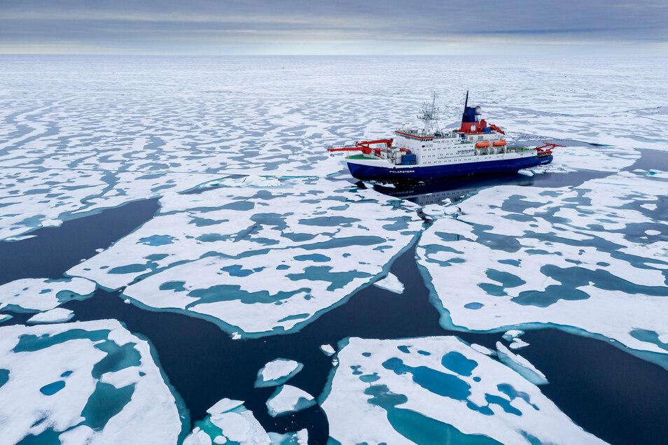 Die schmelzende Scholle der Polarstern nach einer Drift mit dem Eis einen Winter lang.