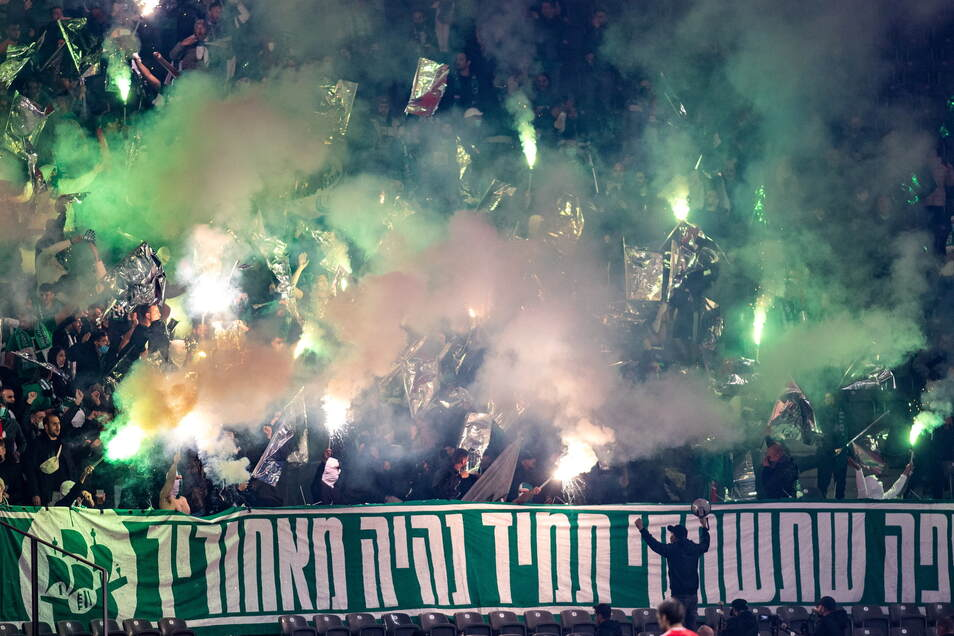 Einige der 1.000 Fans von Maccabi Haifa zündeten im Berliner Olympiastadion bengalische Fackeln an. Auch das ist verboten.
