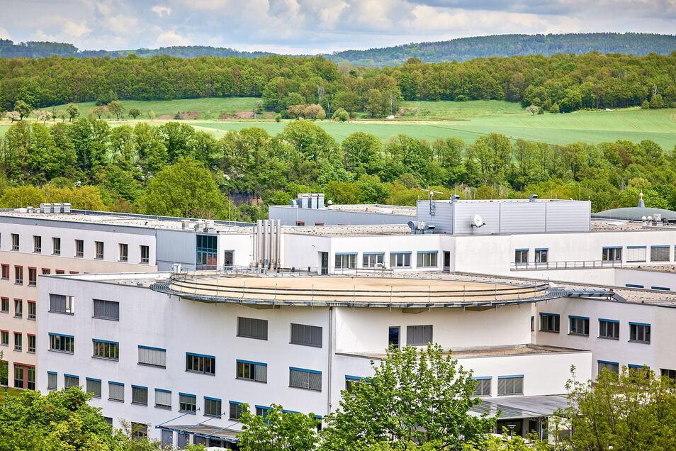 Das Pirnaer Helios-Klinikum und sein Hubschrauberlandeplatz. Seit fast zehn Jahren ist die Plattform wegen Baumängeln außer Betrieb.
