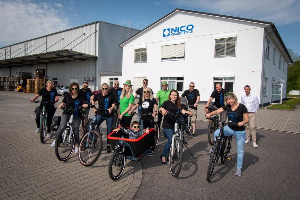 13 Angestellte von Nico Fahrzeugteile in Mockritz bekommen Dienstfahrräder gestellt. Eine Idee von Geschäftsführer Markus Rütz (rechts hinten).