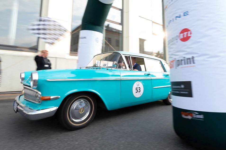 Autos aller Formen, Farben und Altersgruppen nahmen an der 9. Rallye Elbflorenz von Radeberg nach Dresden teil.