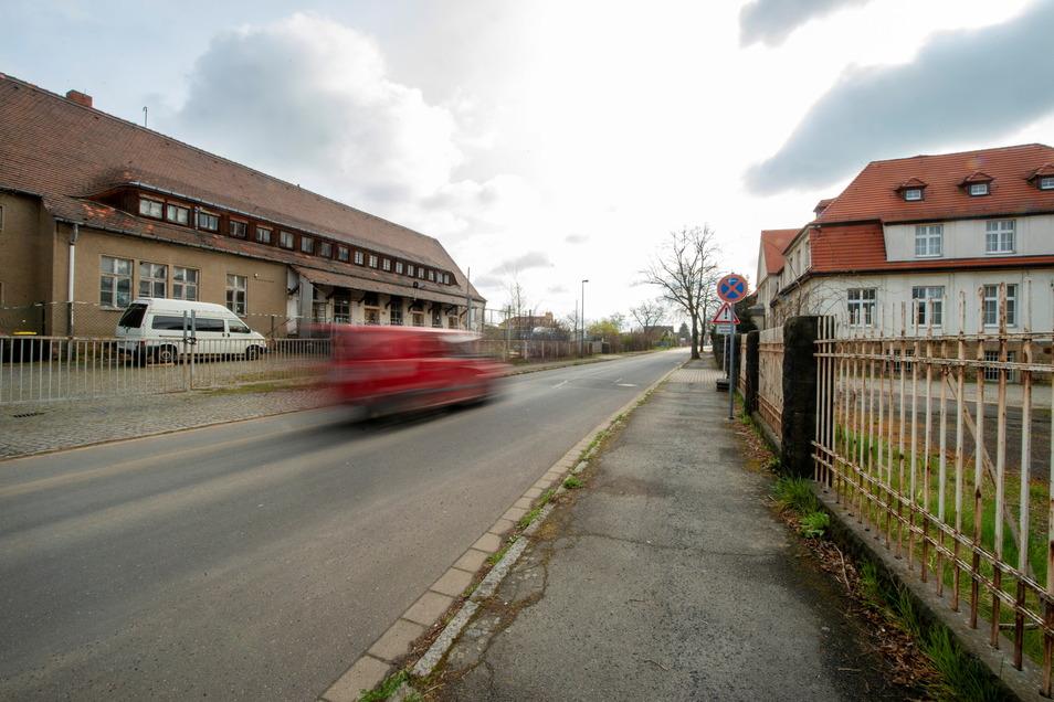 In die Alten Molkerei(links) soll nach Wunsch der Stadt nur Gewerbe einziehen, so wie in den Gewerbehof Radebeul auf der gegenüberliegenden Straßen. Dort stehen jedoch einige Büros und Hallen leer.