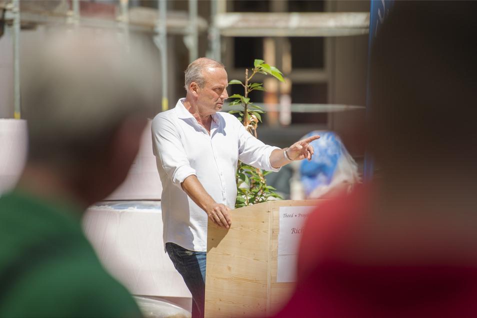 Lutz H. Uhlig, Geschäftsführer der Theed Projekt GmbH aus Chemnitz, zollte den Bauleuten Respekt. Wegen Corona müssen sie häufig den ganzen Tag mit Mundschutz arbeiten. Foto: Norbert Millauer