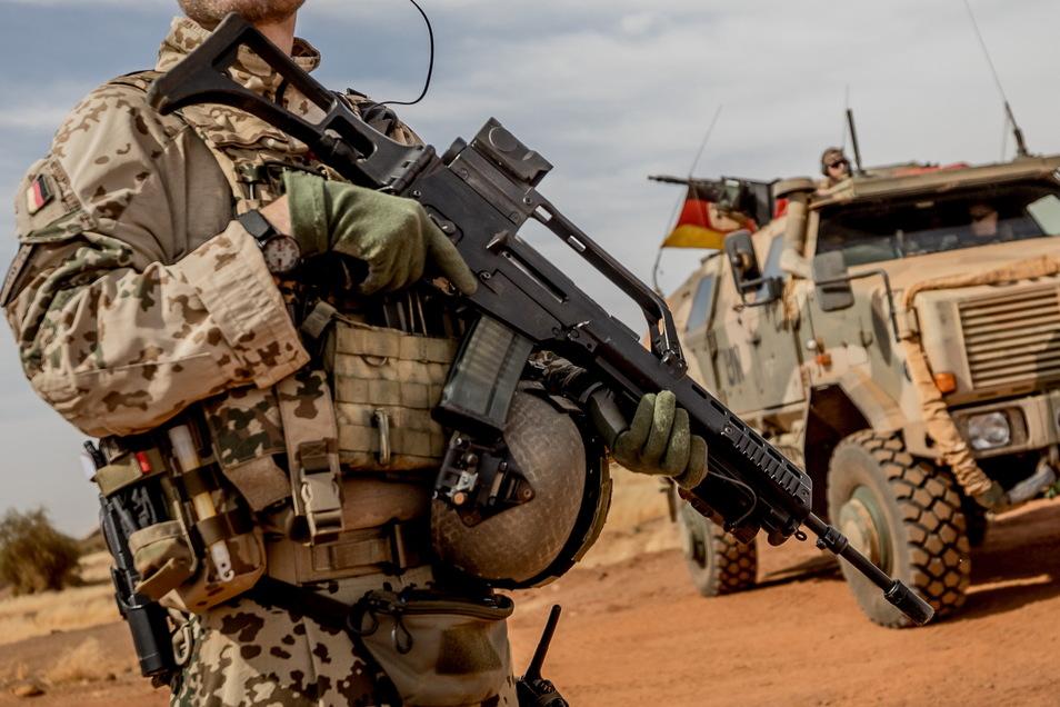 Ein Soldat der Bundeswehr steht mit einem Sturmgewehr vom Typ G36 am Flughafen nahe des Stützpunktes in Gao im Norden Malis.