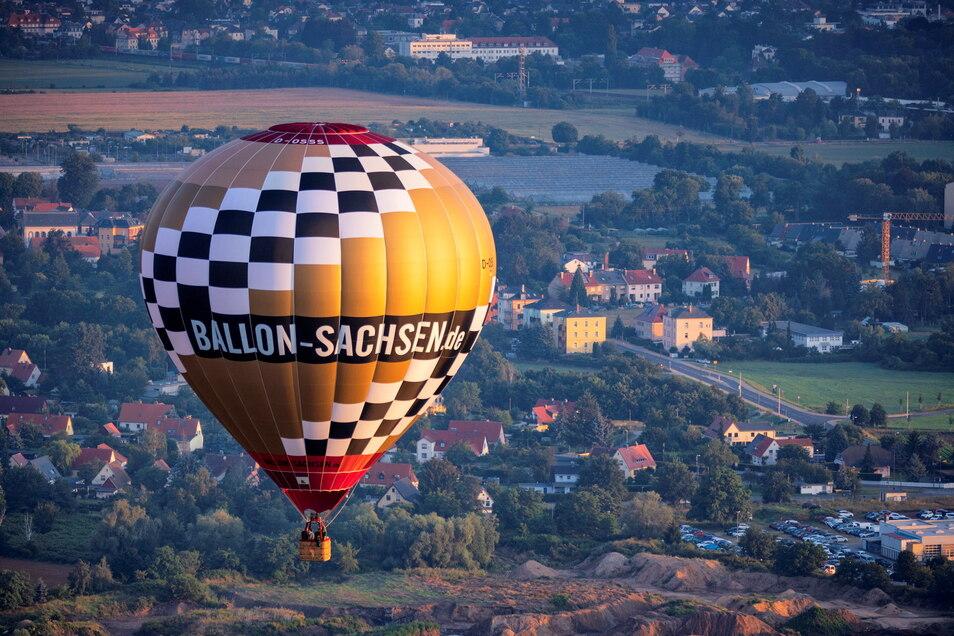 Der neue Ballon kann maximal zwei bis vier Passagiere transportieren. Nach der Ballontaufe ging die anschließende Fahrt in einer reichlichen Stunde bis Niederau bei Meißen.