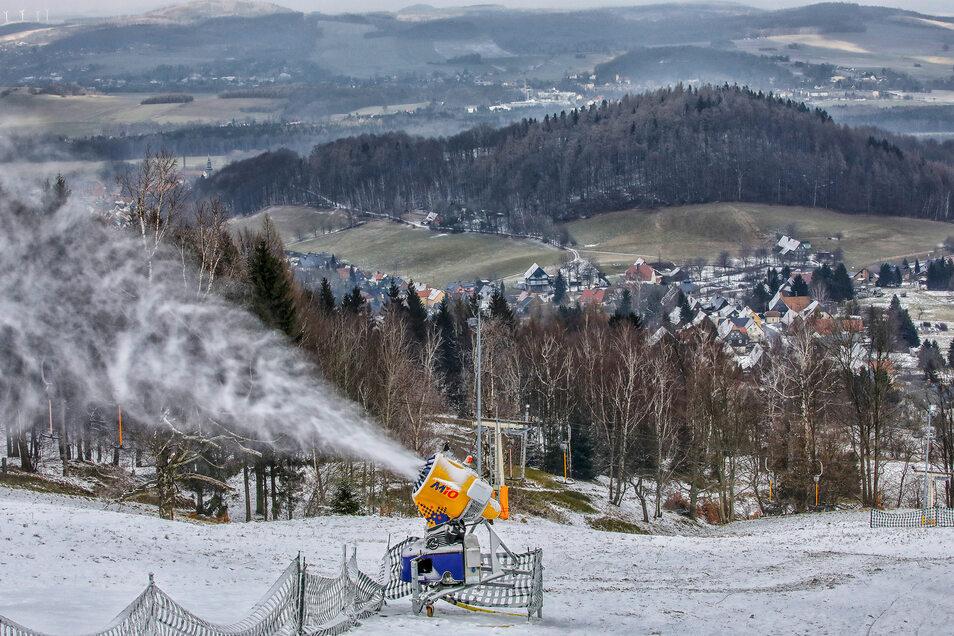 Der Schein trügt: Selbst mit künstlicher Beschneiung war ein Skibetrieb an der Lausche im vergangenen Jahr nicht möglich.