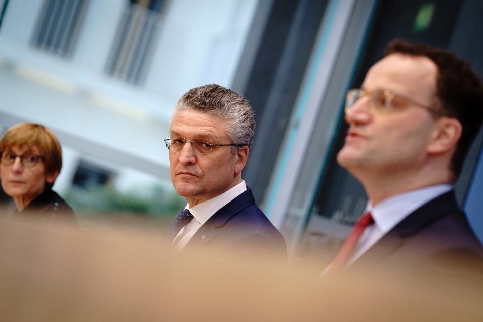Jens Spahn (r, CDU), Bundesminister für Gesundheit, Lothar H. Wieler, Präsident des Robert-Koch-Institut (RKI) und Anke Richter-Scheer, Vorstandsmitglied Hausärzteverband Westfalen-Lippe und Leiterin des Impfzentrums im Kreis Minden-Lübbecke, bei eine