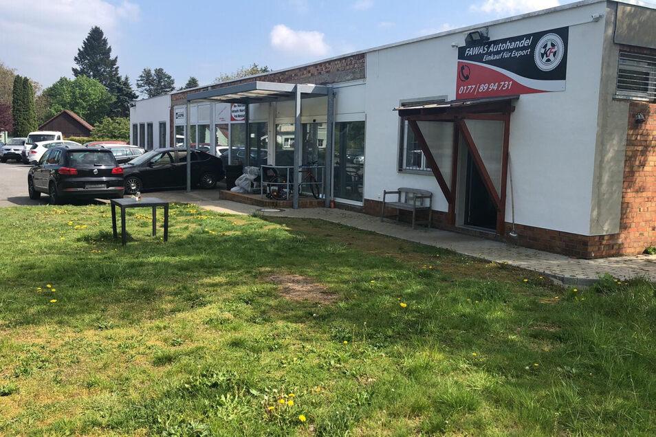 """Die Firma """"Fawas Autohandel"""" in Kamenz liegt an der Neschwitzer Straße. Bis jetzt gab es keine größeren Verluste. Doch Karim Fawas ärgert sich auch über den dreisten Möbelklau."""