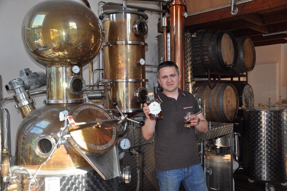 Eric Brabant hat in seiner Feinbrand-Manufaktur im Striegistaler Ortsteil Marbach die ersten 921 Flaschen seines Whiskys mit dem Namen Rose Valley hergestellt.