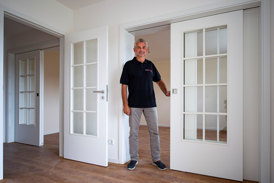 Kommwohnen-Bauingenieur Joachim Wätzig zeigt eine frisch sanierte Wohnung in Rauschwalde. Doch Daniel Lührs und seine Familie würden auch eine Wohnung mieten, die nicht mehr so neu ist.