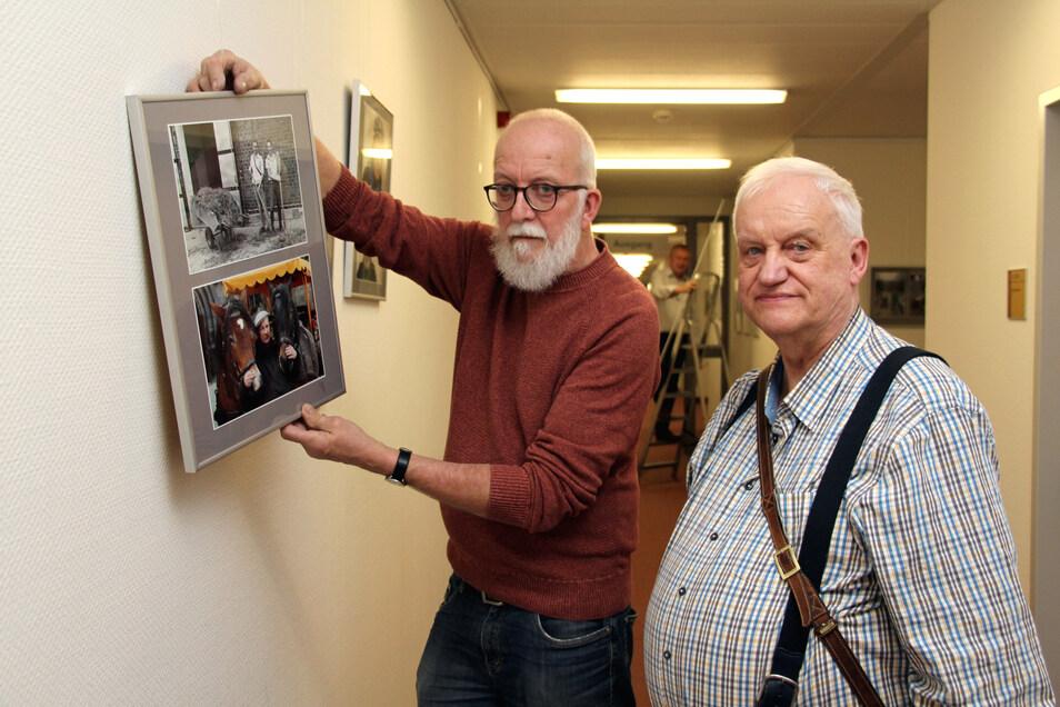 Andreas Meschke (l.) und Frank Pfropper bei der Fotoausstellung im Pirnaer Klinikum: Immer auf der Suche nach interessanten Gesichtern.