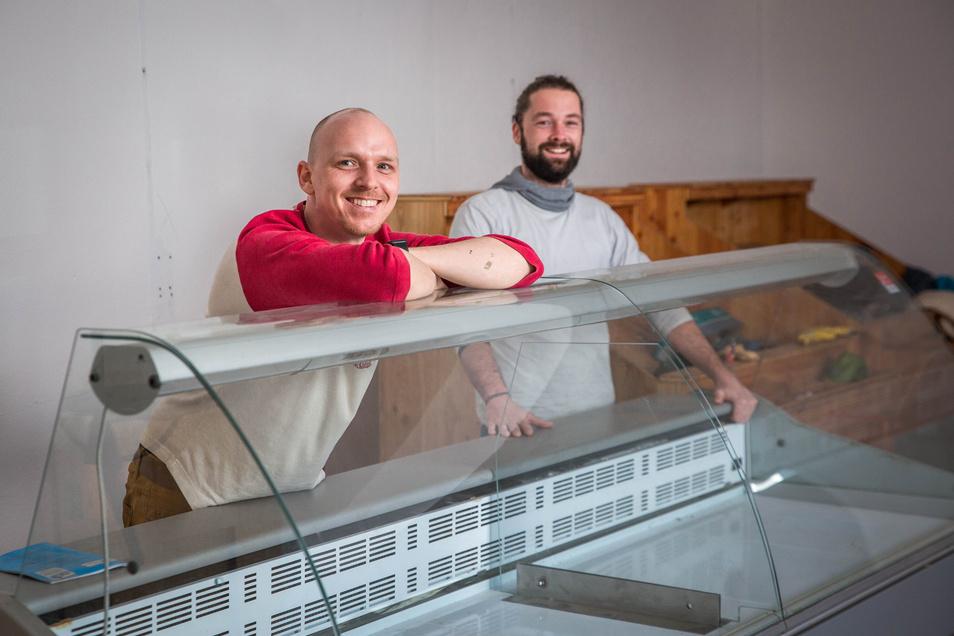 """Die neue Theke steht schon da, bald kommen die ersten Waren: Thomas Felsch und Kevin Brüser eröffnen am 2. Mai das """"2Gut"""" auf der Reisewitzer Straße."""