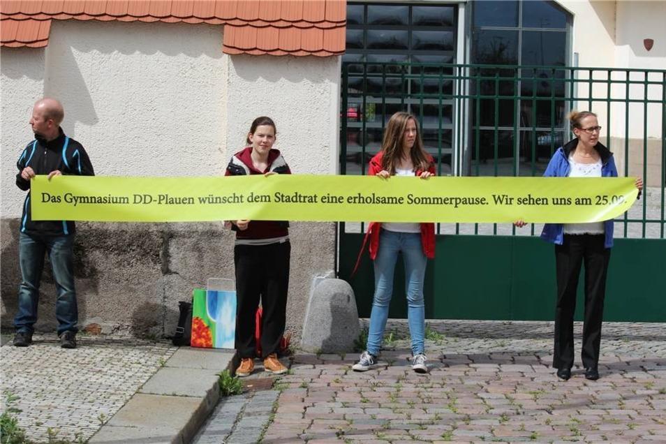 Auch Vertreter des Gymnasiums Dresden Plauen warteten am Eingang zum Messegelände. Nicht zum ersten Mal machten sie auf den schlechten Zustand der Schule an der Kantstraße aufmerksam.