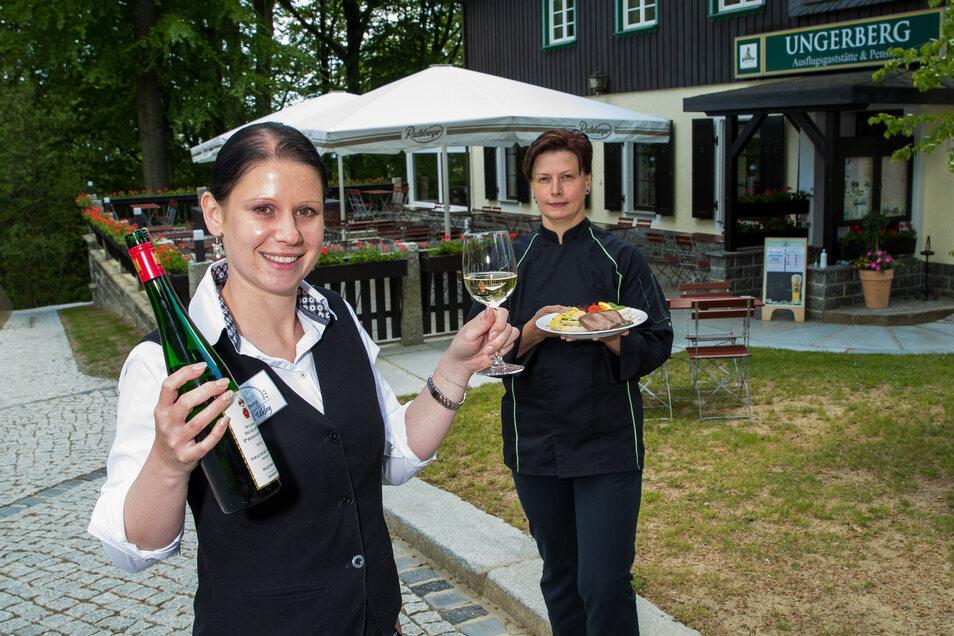 Isabel Ukley (links), die Objektleiterin auf dem Ungerberg in Rugiswalde bei Neustadt und Küchenchefin Sandra Tompler freuen sich auf ihre Gäste.