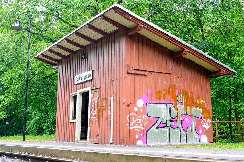 """Das Wartehäuschen im Lößnitzgrund wurde in der Nacht vom 24. auf den 25. Mai besprüht. Auch die Wände im Inneren bekamen Graffitis mit dem Schriftzug """"Zeit"""" ab."""