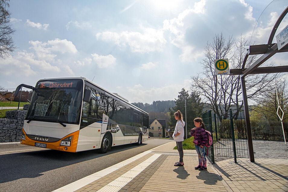 Bis Ende des Schuljahres brauchen Eltern im Landkreis Bautzen für die Schülerbeförderung - hier hält gerade ein Bus an der Grundschule in Sohland - keine Eigenanteile bezahlen.