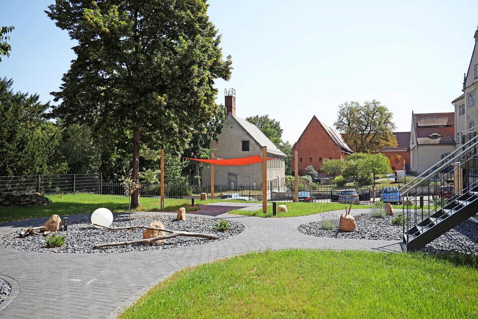 Vom Garten aus geht der Blick in Riesas Klosterhof. Wenn dort Veranstaltungen sind, dürften sich die Villenbewohner fast schon mittendrin fühlen.