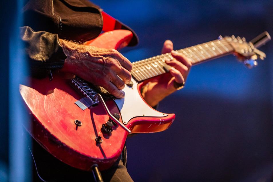 Mit 71 auf der Bühne? Für Toni Krahl mit der Band City kein Problem – hier beim Auftritt vor einer Woche am Speicher No. 1 in Hoyerswerda.