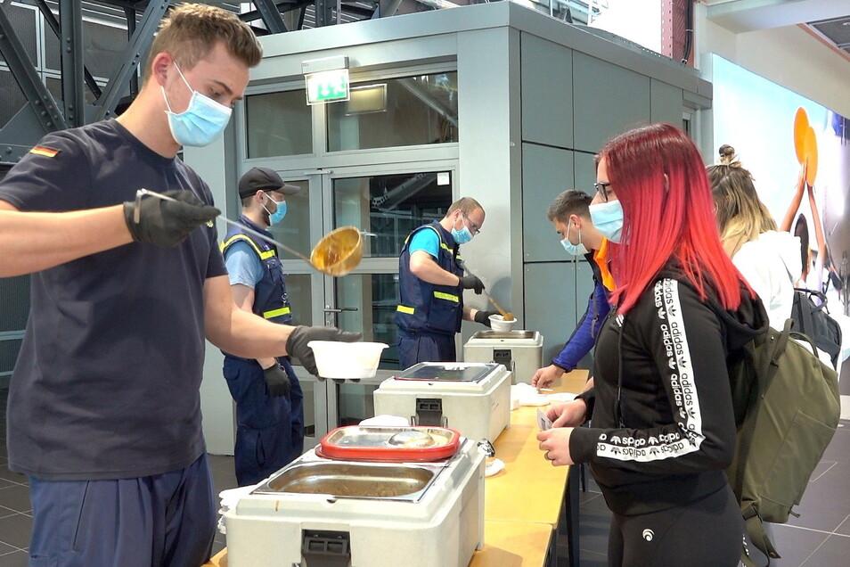 Das THW Kamenz kochte Kartoffel- und Gulaschsuppe für die Passagiere.