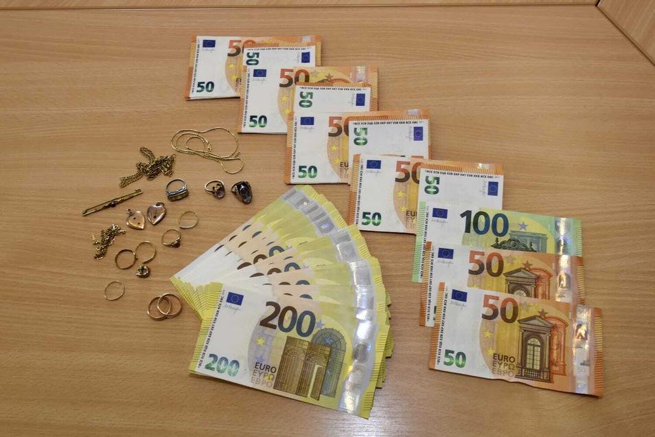 20.000 Euro, drei Ketten, Ringe und eine Schmuckstecknadel hat das Ehepaar am Dienstag von der Polizei zurückbekommen.
