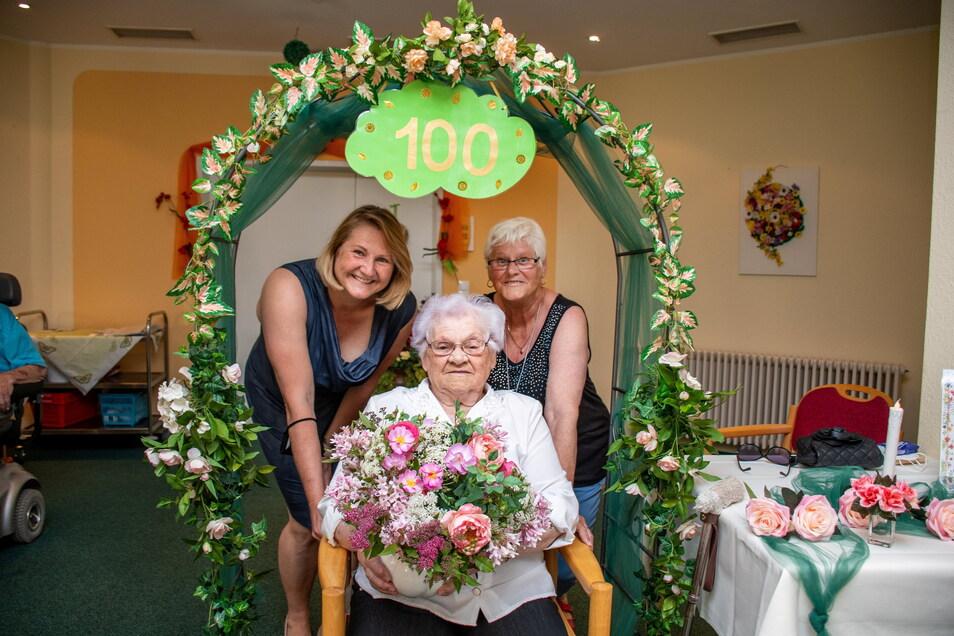 """Bei der Feier zum 100. Geburtstag von Ilse Kegel im Leisniger Seniorenzentrum """"Am Sonnenblick"""" waren deren Enkelin Carmen Kießling und Tochter Gisela Dehmelt dabei."""