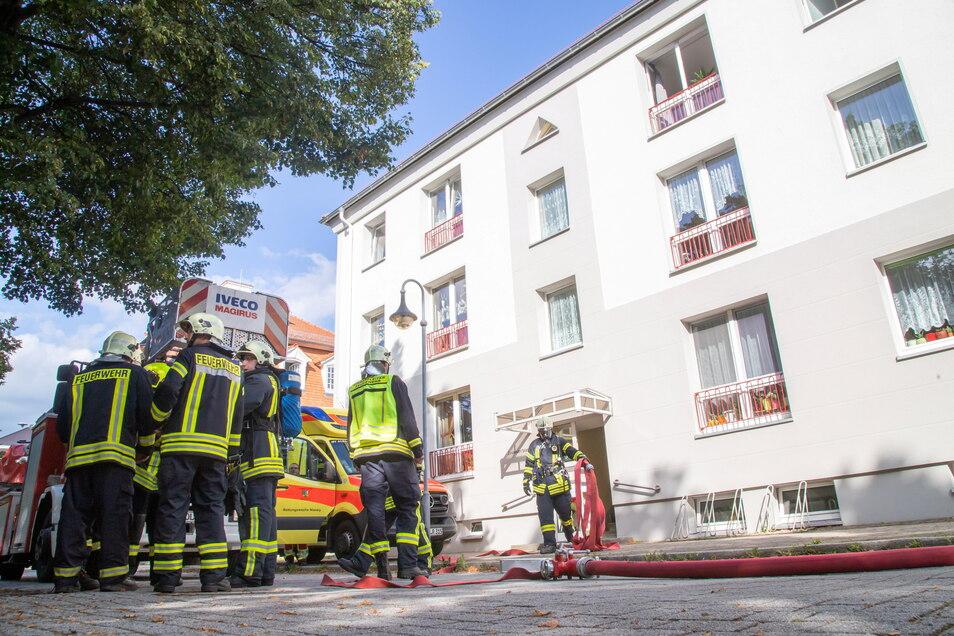 Feuerwehr-Einsatz am Dienstagnachmittag am Zinzendorfplatz in Niesky: Rauchentwicklung in einer Wohnung im obersten Geschoss.