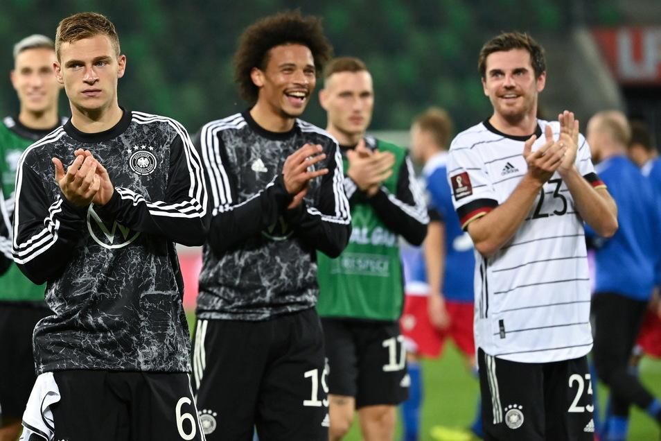 Deutschlands Jonas Hofmann, Leroy Sane und Joshua Kimmich (r-l) applaudieren nach der Partie.