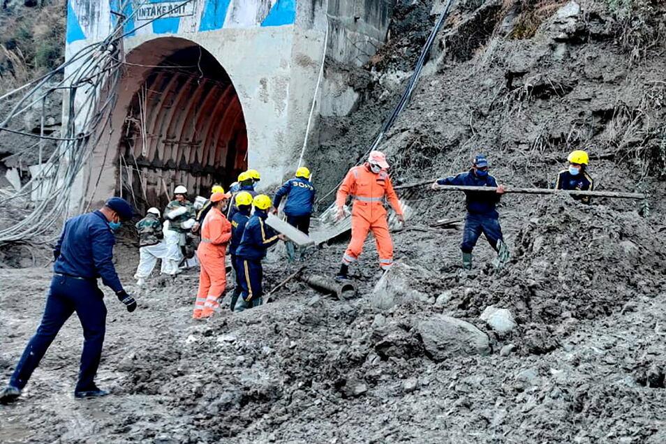 Mitarbeiter des Nationalen Katastrophenschutzes NDRF bereitet sich auf die Rettung von Arbeitern vor, die an einem der Wasserkraftwerke in einem Tunnel verschüttet wurden.