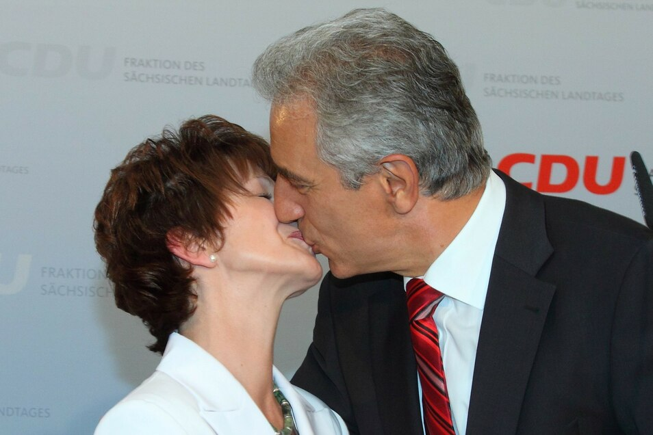 CDU-Spitzenkandidat und Sachsens Ministerpräsident Stanislaw Tillich wird von Ehefrau Veronika zum Wahlsieg gratuliert.