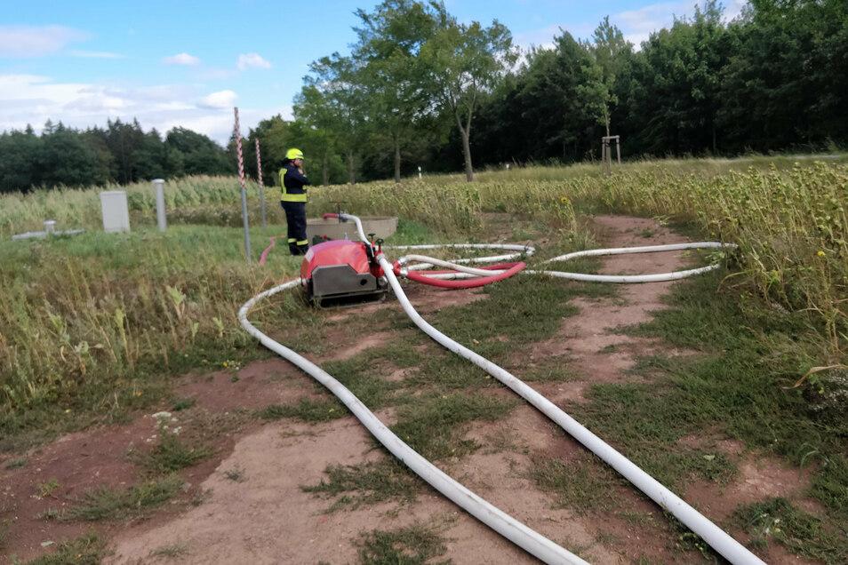 Hier pumpt die Feuerwehr mit zwei Leitungen Wasser aus der Versorgungsleitung von Klingenberg nach Dippoldiswalde.