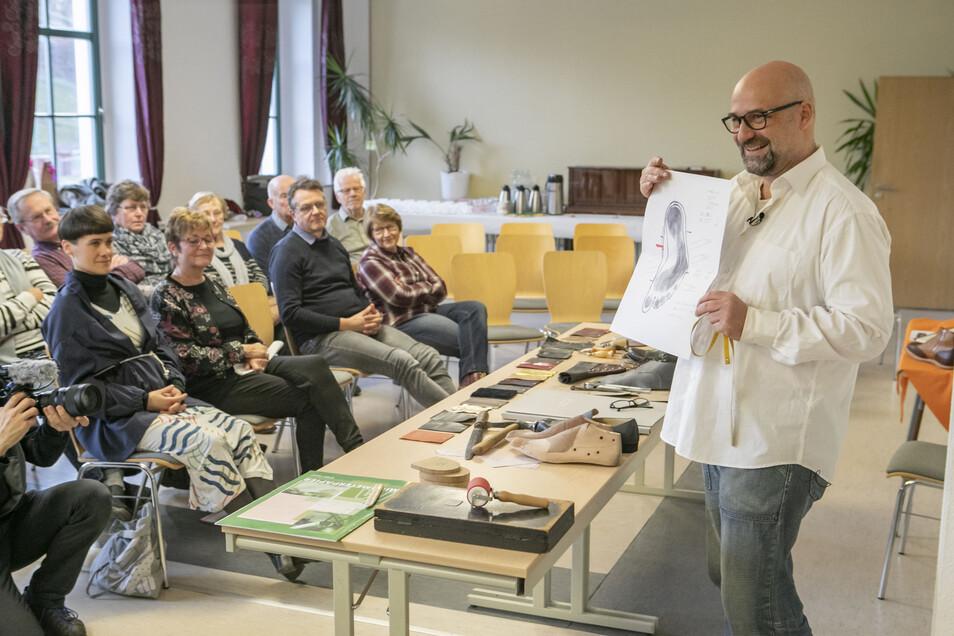 Alexander Preiß, Maßschuhmacher aus Dresden, hat zum 15-jährigen Bestehen des Ebersbacher Schulmuseums sein Handwerk erklärt.
