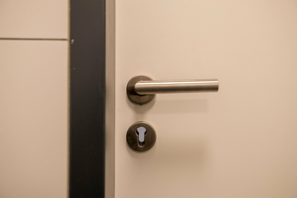 An der Tür des öffentlichen Behinderten-WCs im Scheunenhofcenter in Pirna fehlt das Schloss zum Verriegeln der Tür.