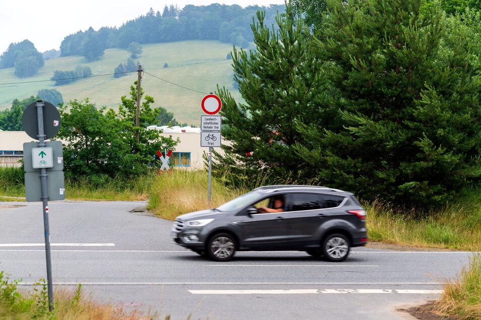 Die Linksabbiegespur auf der Ortsumgehungsstraße S156 von Bischofswerda nach Neustadt kommt.