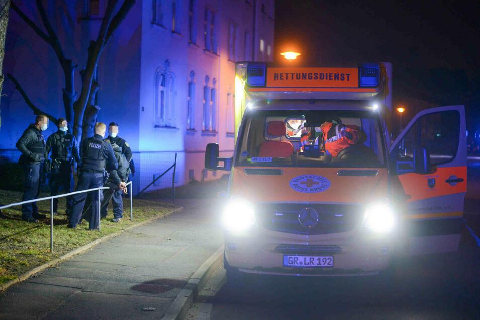 Ein junger Mann hat am Montagabend in der Zittauer Max-Müller-Straße Rettungskräfte attackiert.