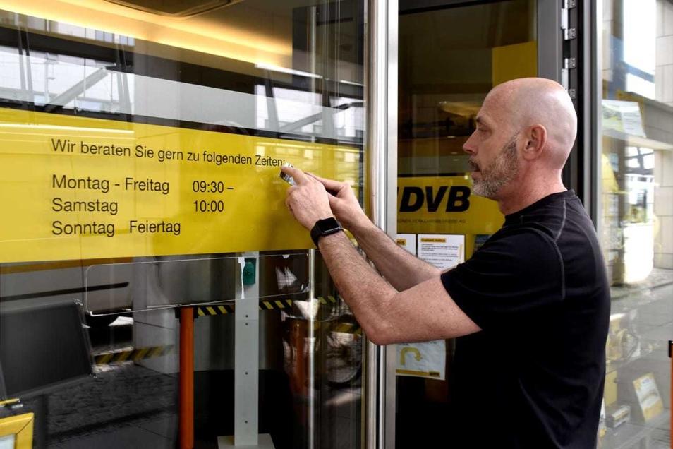 Damit es keine Warteschlangen vor dem DVB-Kundenzentrum an der Haltestelle Postplatz gibt, ist es ab kommender Woche länger geöffnet. Rene Sandig ändert die Öffnungszeiten.