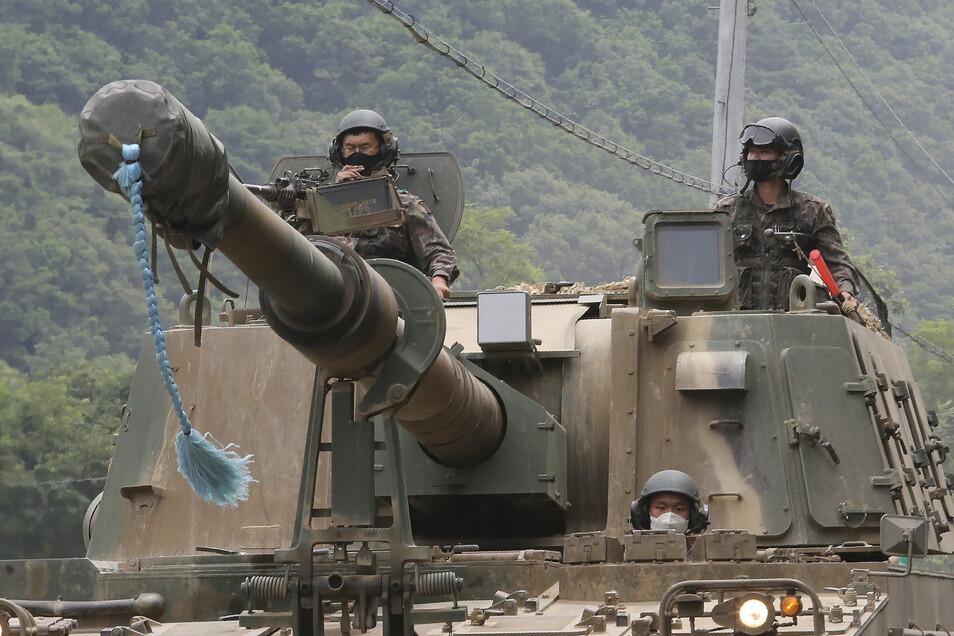 Soldaten der südkoreanischen Armee fahren auf einem Panzer während einer jährlich stattfindenden Militärübung nahe der Grenze zu Nordkorea.