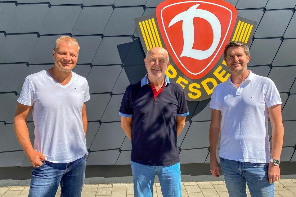 Die Sonne scheint und die drei Männer strahlen: Dynamos Nachwuchsleiter Jan Seifert, Ehrenspielführer und Übergangskoordinator Hansi Kreische sowie Sportchef Ralf Becker.