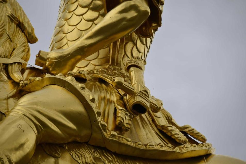 Die Nahaufnahme zeigt - der Schwertgriff ist noch da, die Schwertscheide ist verschwunden.