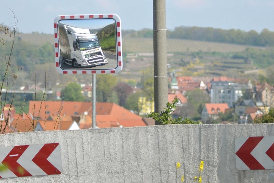 Oberbürgermeister Olaf Raschke (parteilos) hat sich bei der Polizei erkundigt. Man habe ihm gesagt, dass die Plossenkurve kein Unfallschwerpunkt mit Lastkraftwagen sei, weshalb keine konkrete Gefahrenlage bestehe und deshalb eine Tonnagebegrenzung  nicht