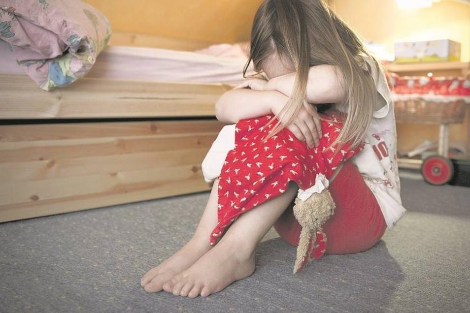 Kinder auf dem Abstellgleis: Wenn der Nachwuchs nicht richtig versorgt wird, greift das Jugendamt ein. In Prohlis spielen Drogen dabei oft eine Rolle.Fotos: dpa/Pleul, Münch