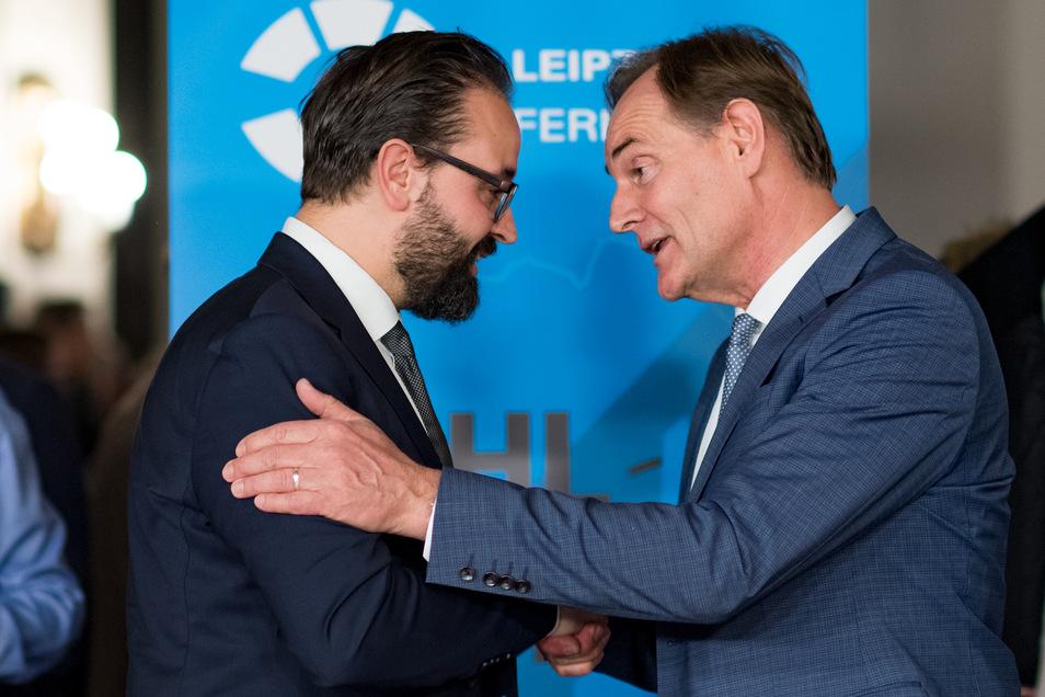 Nach Bekanntgabe des Wahlergebnisses gaben sich die Leipziger OB-Kandidaten Sebastian Gemkow (CDU, l.) und Burkhard Jung (SPD) die Hand.