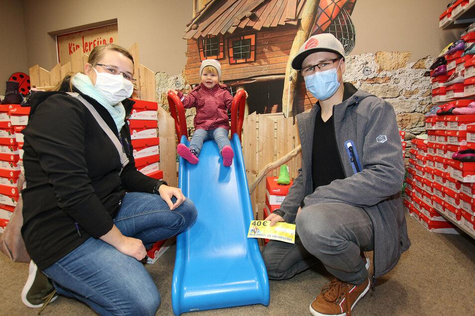 Im Schuhhaus Jung sind Paula und ihre Eltern Matthias Kaiser und Juliane Bocks beim langen Einkaufssamstag fündig geworden.