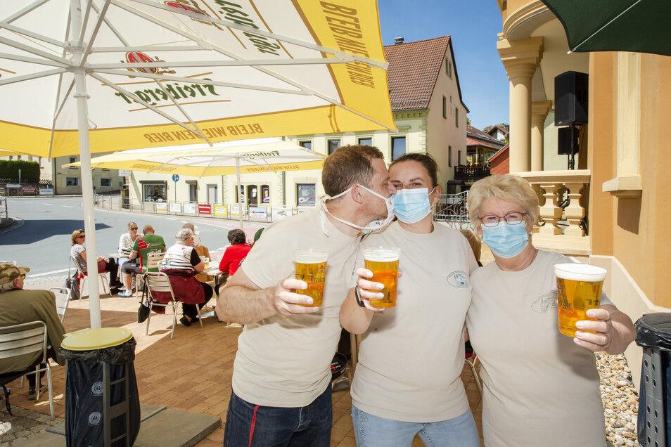Alex und Beate Berger sowie Monika Fischer haben am Gasthof Wilder Mann in Ostrau ausgeschenkt.
