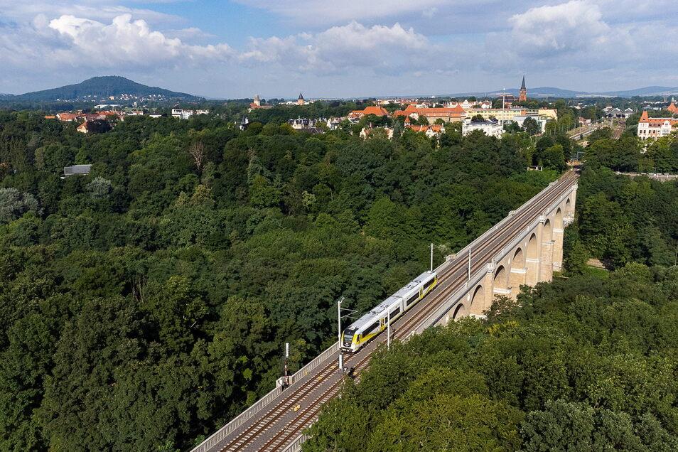Züge aus und in Richtung Görlitz fahren darum mit Dieselantrieb über die Grenze.