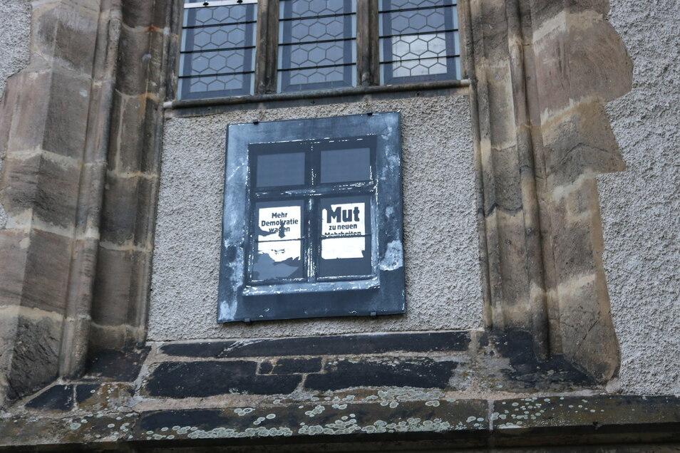 """Das """"Fenster"""" von Susanne Hopmann an der Frauenkirche."""
