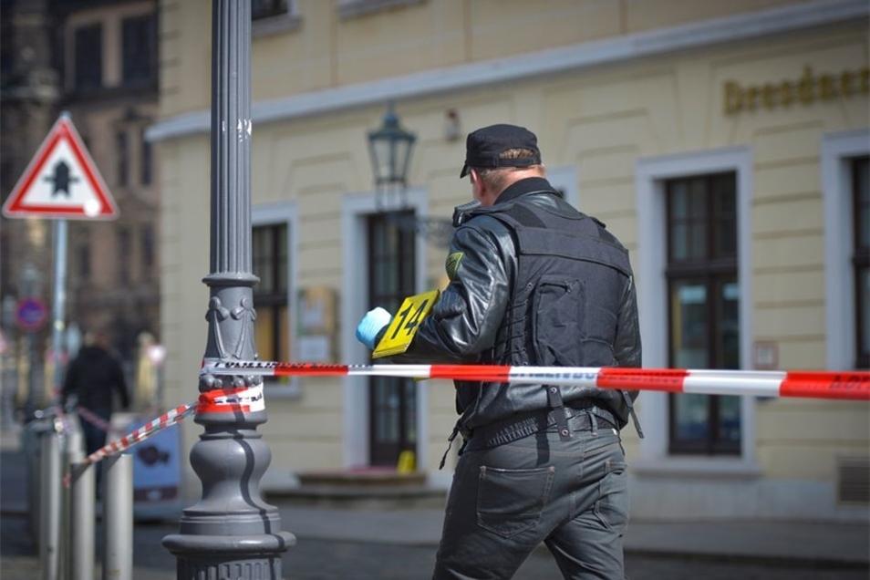 Ein Polizeibeamter am Nachmittag bei der Tatortsicherung.