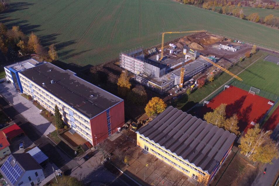 Der Bau der Dreifeldsporthalle in Bannewitz ist Teil einer fast zwölf Millionen umfassenden Gesamtinvestition in den Schulstandort.
