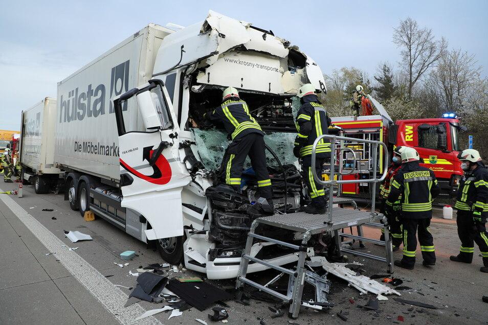 Der Fahrer des Unfall-Lkw musste aus dem Fahrerhaus befreit werden.