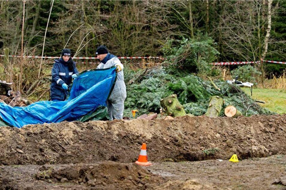 Im Garten fanden Polizisten tatsächlich Leichenteile des Opfers.