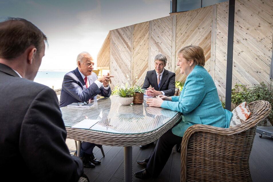 Bundeskanzlerin Angela Merkel und US-Präsident Joe Biden sprechen am Rande des G7-Gipfels miteinander.